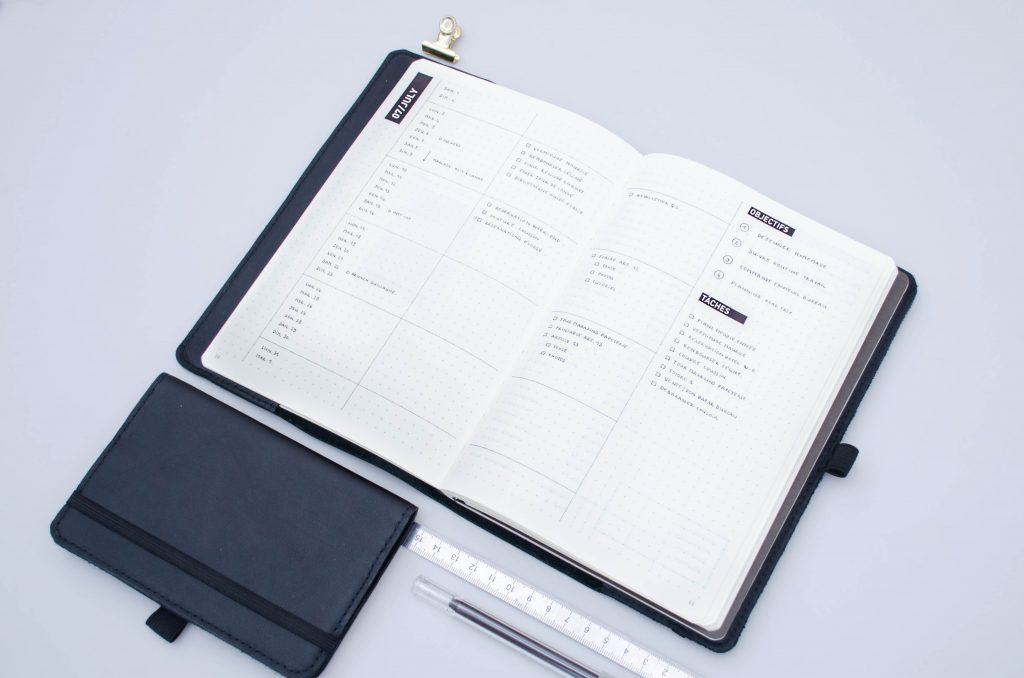 bullet journal page mensuelle, page mensuelle minimaliste bullet journal